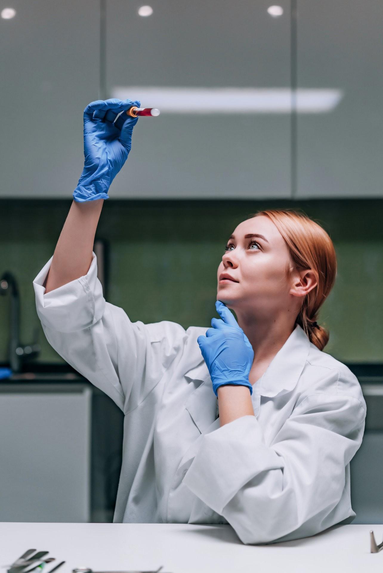 Kjemiker ser på laboratorie test